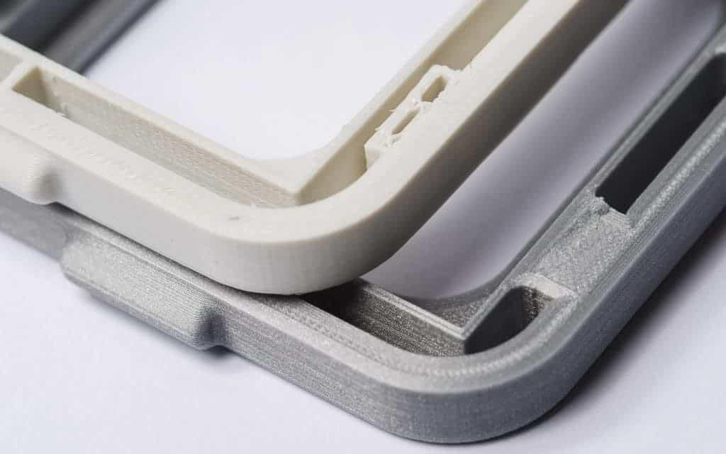 دو قطعه یکسان که اتصال یکی شکسته شده. قطعه سفید با تراکم ۲۰% و قطعه طوسی با تراکم ۱۰۰% پرینت شده است.  افزایش تراکم داخلی موجب اتصال قوی تر بین بدنه و لبه ها شده است.